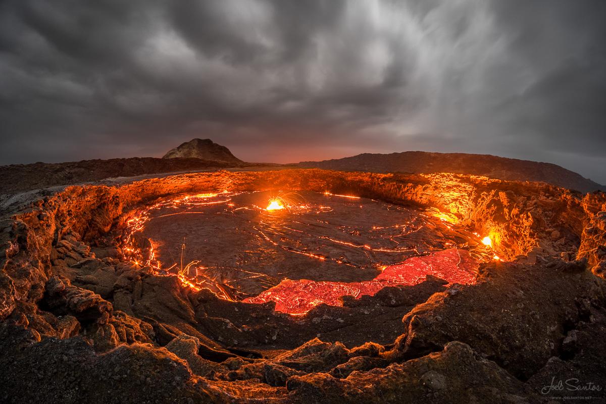 Erta Ale is a volcano that settles in the Danakil Desert.