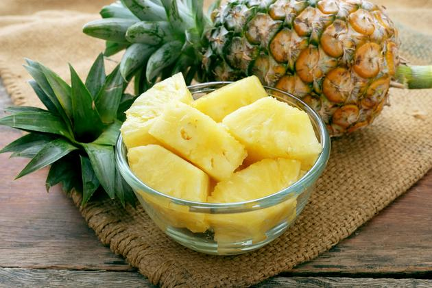 There are 50 calories in 3.5 ounces of a fresh pineapple.
